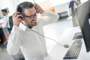 Man working in a contact center