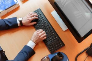 featured-image-laptop-hand